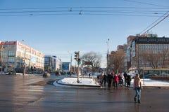 电烫,俄罗斯- 2016年3月13日:穿过路的人们 免版税库存照片