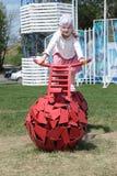 电烫,俄罗斯- 2013年6月13日:自行车的女孩有球状轮子的 免版税库存图片