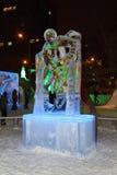 电烫,俄罗斯- 2014年1月11日:被阐明的雕塑移动的曲棍球 库存照片