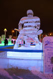 电烫,俄罗斯- 2014年1月11日:雕塑曲棍球运动员晚上 免版税图库摄影