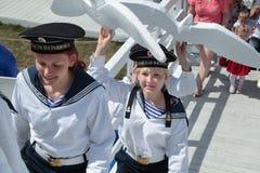 电烫,俄罗斯- 2013年6月15日:水手衣服的女孩运载 免版税库存图片