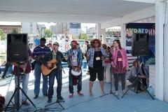 电烫,俄罗斯- 2013年6月15日:Africanda小组唱歌 库存图片