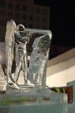电烫,俄罗斯- 2014年1月11日:Biathlonist雕塑在冰镇 免版税库存图片