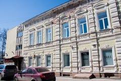电烫,俄罗斯- 4月30 2016年:一个二层楼房的门面 库存照片