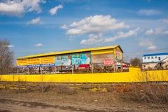 电烫,俄罗斯- 4月16,2016 :一排工厂厂房的建筑 免版税库存照片