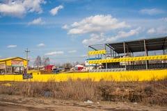 电烫,俄罗斯- 4月16,2016 :一排工厂厂房的建筑 免版税库存图片