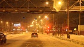 电烫,俄罗斯- 11月05 2016年:与交通的夜风景在街道 影视素材