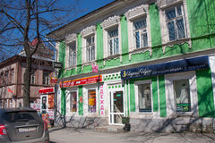 电烫,俄罗斯- 4月30 2016年:与商店的老大厦 免版税图库摄影