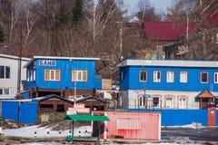 电烫,俄罗斯- 3月31 2016年:与大厦的农村风景 免版税库存图片