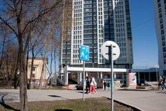 电烫,俄罗斯- 4月30 2016年:与房子的城市风景 库存照片