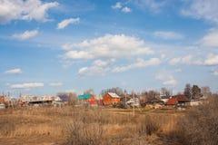 电烫,俄罗斯- 4月16,2016 :与新和老农村风景 免版税库存图片