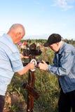 电烫,俄罗斯- 7月13 2016年:两个人闩上了照片对一个木哥斯达黎加 库存照片