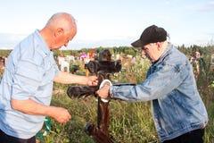 电烫,俄罗斯- 7月13 2016年:两个人闩上了照片 免版税图库摄影