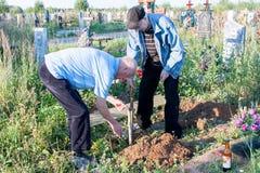 电烫,俄罗斯- 7月13 2016年:两个人建立一条长凳 免版税库存照片