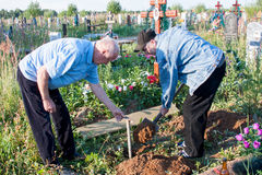 电烫,俄罗斯- 7月13 2016年:两个人建立一条长凳 免版税库存图片