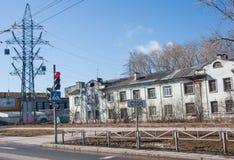 电烫,俄罗斯- 4月16 2016年:两叠生的大厦和traffi 免版税库存图片