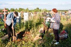 电烫,俄罗斯- 7月13 2016年:人和妇女被照看的 免版税库存图片