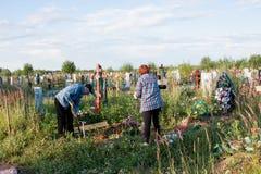 电烫,俄罗斯- 7月13 2016年:人和妇女被照看的 免版税库存照片