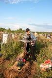 电烫,俄罗斯- 7月13 2016年:人绘一个木十字架 库存照片
