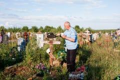 电烫,俄罗斯- 7月13 2016年:人绘一个木十字架 库存图片
