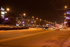 电烫,俄罗斯- 12月16 2016年:冬天与汽车的夜风景 免版税库存图片