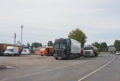 电烫,俄罗斯- 9月02 2016年:卡车停放 库存照片
