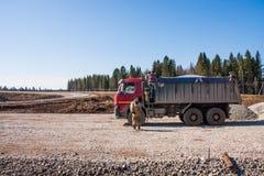 电烫,俄罗斯- 4月16 2016年:卡车和司机 免版税库存图片