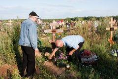 电烫,俄罗斯- 7月13 2016年:喜欢坟墓的两个人 库存图片