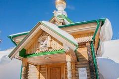 电烫,俄罗斯- 3月08 2017年:圣洁春天的木房子 图库摄影
