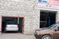 电烫,俄罗斯- 9月02 2016年:在修理的汽车 免版税库存图片