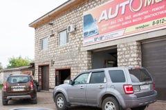 电烫,俄罗斯- 9月02 2016年:在修理的汽车 库存照片