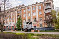 电烫,俄罗斯- 5月09 2016年:在底层上购物 免版税库存图片