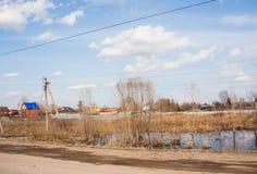 电烫,俄罗斯- 4月16 2016年:在村庄附近的大水池 库存照片