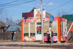 电烫,俄罗斯- 4月16,2016 :在花中销售的亭子  库存照片