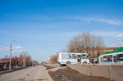 电烫,俄罗斯- 4月16,2016 :在路的公共汽车关于学校 免版税图库摄影