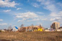 电烫,俄罗斯- 4月16,2016 :新房的建筑 免版税库存照片