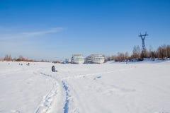 电烫,俄罗斯- 3月11 2017年:渔夫抓住鱼 免版税库存图片