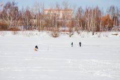 电烫,俄罗斯- 3月11 2017年:渔夫抓住鱼 免版税库存照片