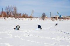电烫,俄罗斯- 3月11 2017年:渔夫抓住鱼 库存图片