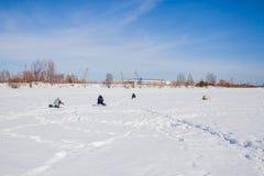 电烫,俄罗斯- 3月11 2017年:渔夫抓住鱼 免版税图库摄影
