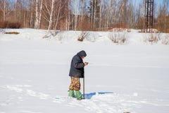 电烫,俄罗斯- 3月11 2017年:渔夫抓鱼 免版税库存图片