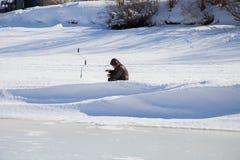 电烫,俄罗斯- 3月11 2017年:渔夫抓鱼 库存图片