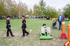 电烫,俄罗斯- 5月09 2016年:玩具坦克的男孩军校学生 免版税图库摄影