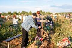 电烫,俄罗斯- 7月13 2016年:男人和妇女被照看 免版税库存照片