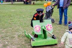 电烫,俄罗斯- 5月09 2016年:男孩玩具坦克的军校学生 免版税库存图片