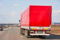 电烫,俄罗斯- 4月16,2016 :红宝石颜色无盖货车是 免版税库存图片