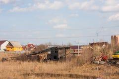 电烫,俄罗斯- 4月16,2016 :老木被毁坏的房子 免版税库存图片