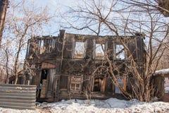 电烫,俄罗斯- 3月31 2016年:老被破坏的两层木房子 库存照片