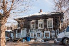 电烫,俄罗斯- 3月31 2016年:老被破坏的木房子 库存照片