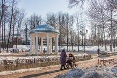 电烫,俄罗斯- 3月31 2016年:走在公园的人们在r附近 库存图片